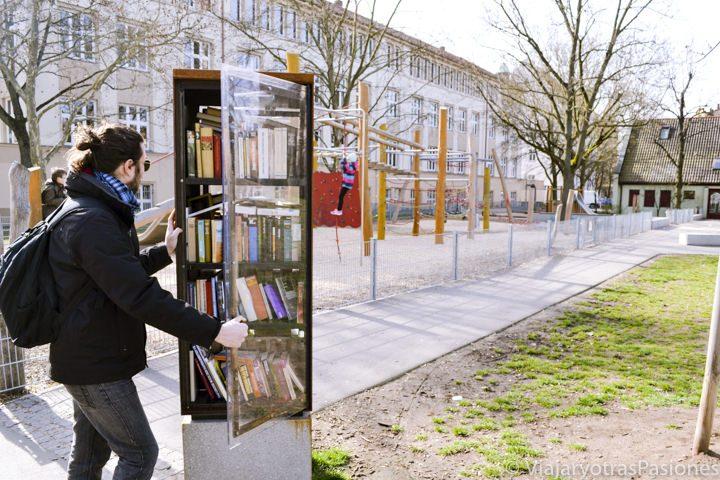 Útil armario con libros en un parque cerca del Palacio de Justicia en Nuremberg en Alemania