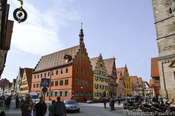 Casas de colores en la Weinmarkt en Dinkelsbhül, Alemania
