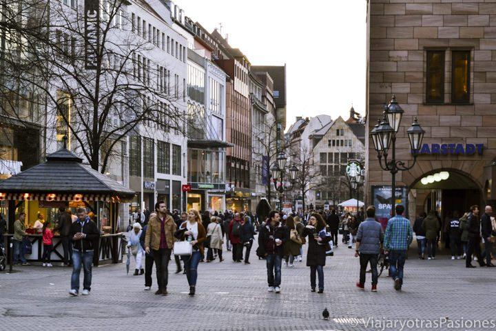 Bonito ambiente en la calle principal de Nuremberg en Alemania
