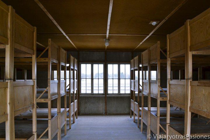 Típicos barracones con las camas de los prisioneros del campo de concentración de Dachau cerca de Múnich en Alemania