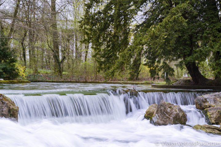 Paso del río por el Englischer Garten en Múnich en Alemania