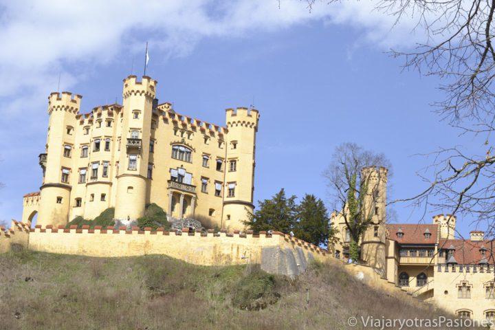 Vista del histórico castillo de Hohenschwangau cerca de Fussen en Alemania