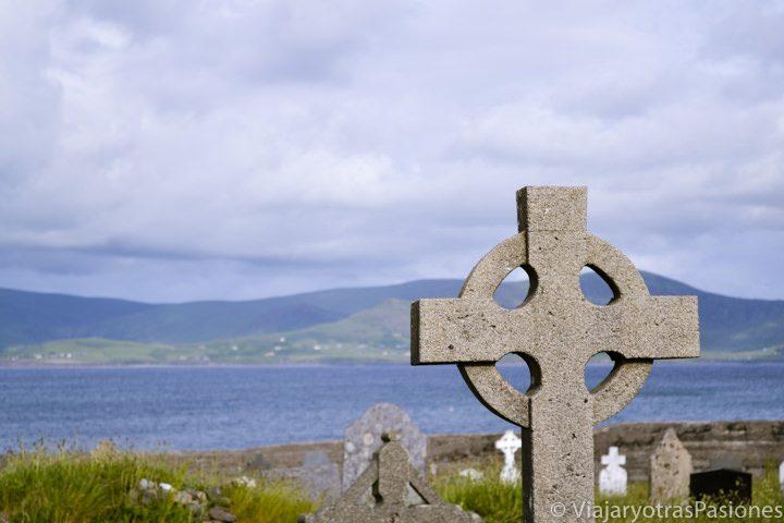Primer plano de una lápida de aire celta en el antiguo cementerio del antiguo monasterio de Balligskelligs, Irlanda