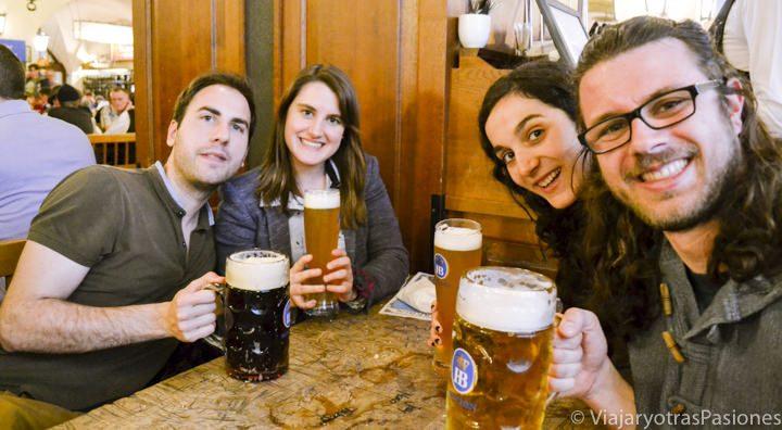 Grupo de amigos disfrutando de unas cervezas en la HB, uno de los mejores planes en Múnich en un día en Alemania