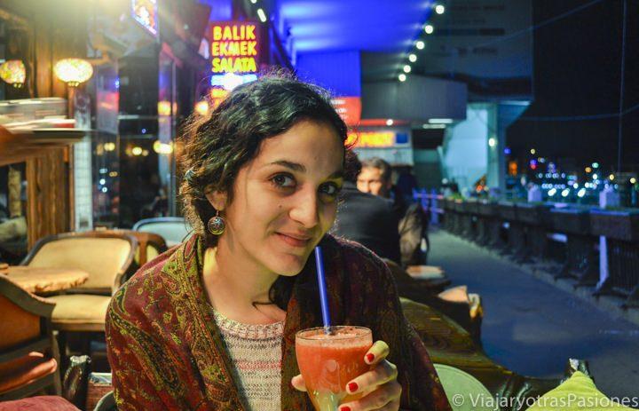Cenando en uno de los famosos restaurantes del puente de Galata en Estambul en Turquía
