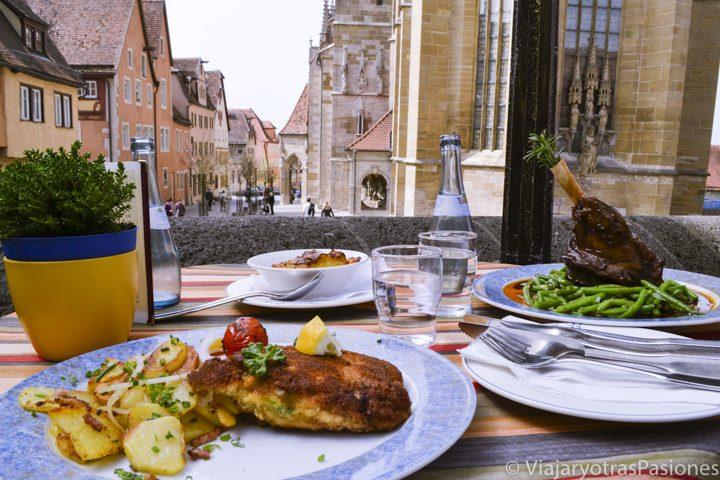 Deliciosa comida con vista en el pueblo de Rothenburg en Alemania