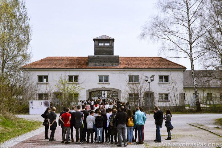 Famosa entrada del campo de concentración de Dachau cerca de Múnich en Alemania