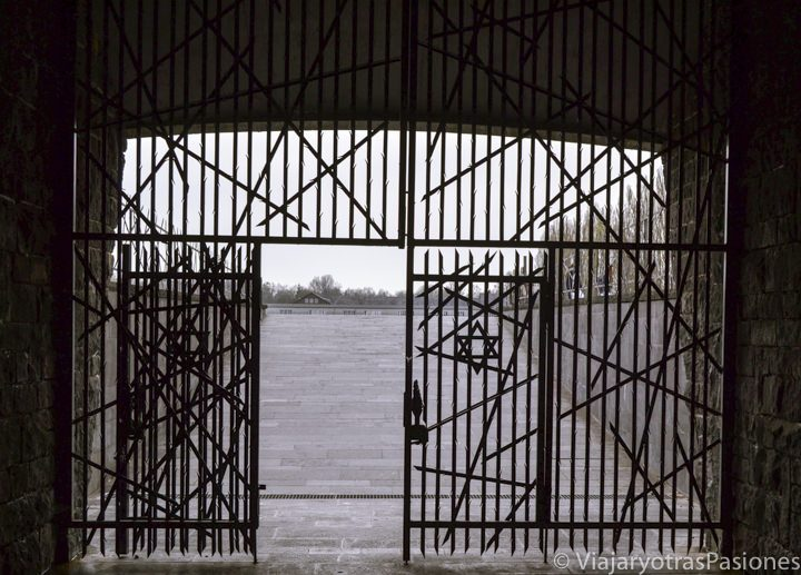 Emocionante memorial judio en el visitar el campo de concentración de Dachau en Alemania