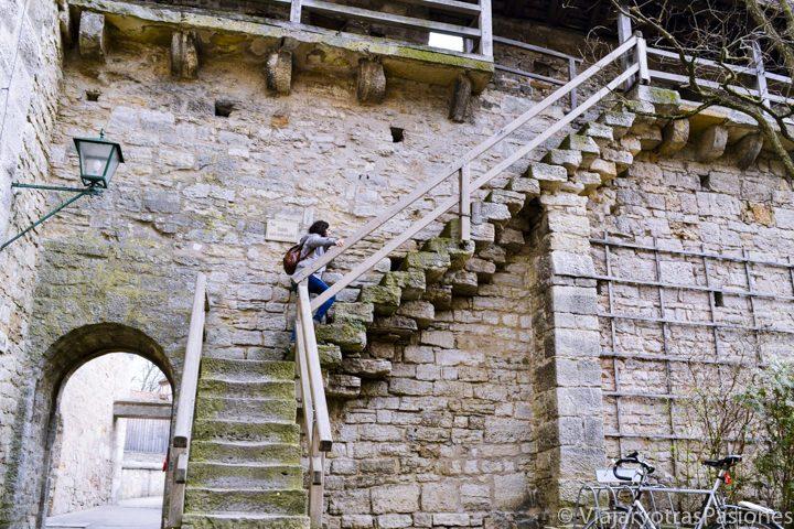 Subiendo las muralla medievales de Rothenburg en Alemania