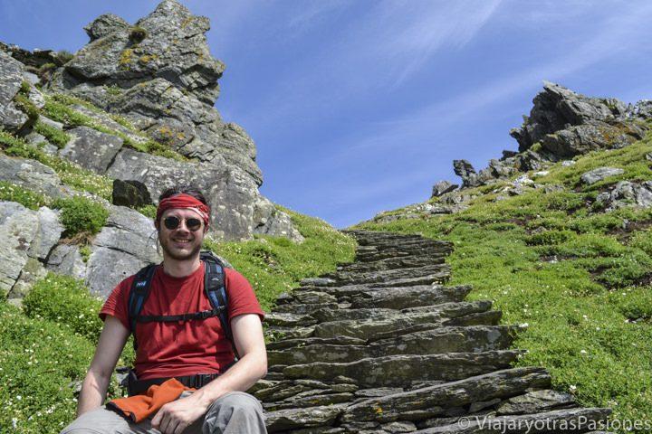 Posando en la isla de Skellig Michael, un imperdible en cualquier viaje al Anillo de Kerry en Irlanda