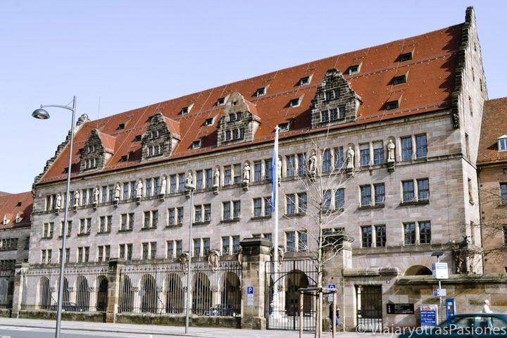 Famosa fachada del Palacio de Justicia de los juicios de Nuremberg en Alemania