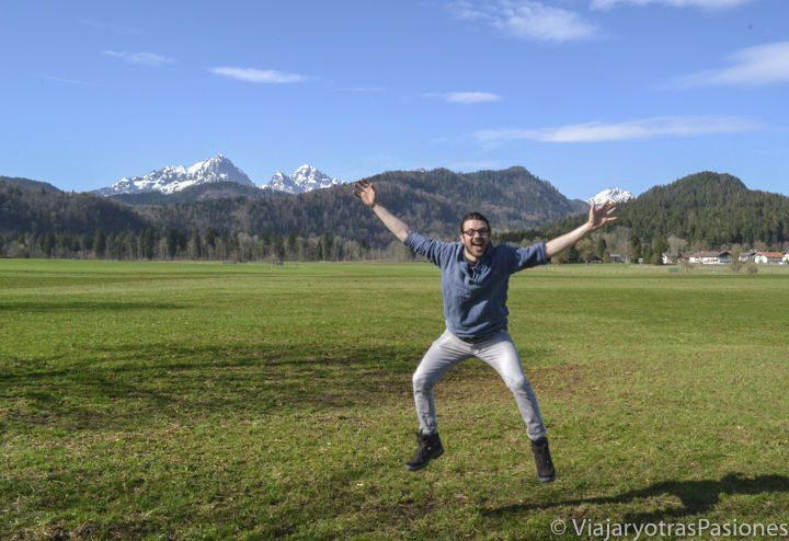 Feliz frente a los Alpes Bavaros cerca de Fussen en Alemania