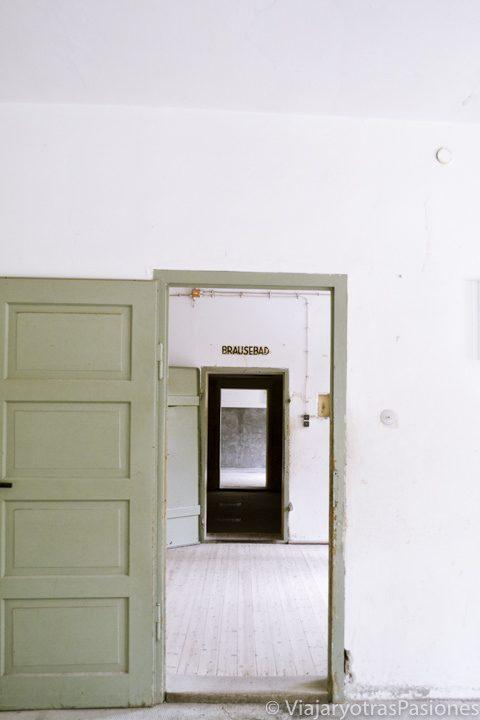 Puertas en el interior del edificio del crematorio en el campo de concentración de Dachau en Alemania