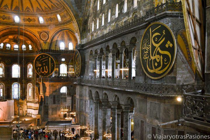 Espectacular interior de la mezquita de Hagia Sofia de Estambul en Turquía