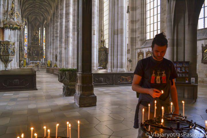 Hermoso interior de la iglesia de Dinkelsbühl en Alemania