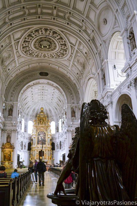 Interior de una de la iglesia St.Michael Kirche en Múnich en Alemania