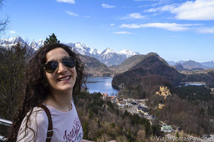 Sonriente frente al paisaje que se puede ver en visitar el castillo de Neuschwanstein en Alemania