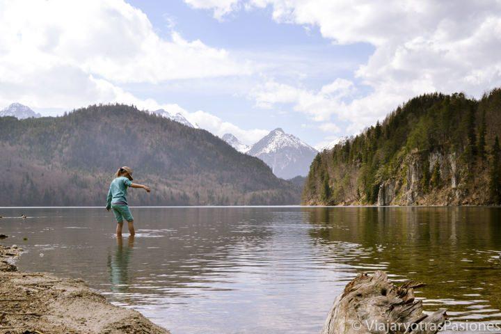 Paisaje del lago de Alpsee cerca del castillo de Neuschwanstein en Alemania