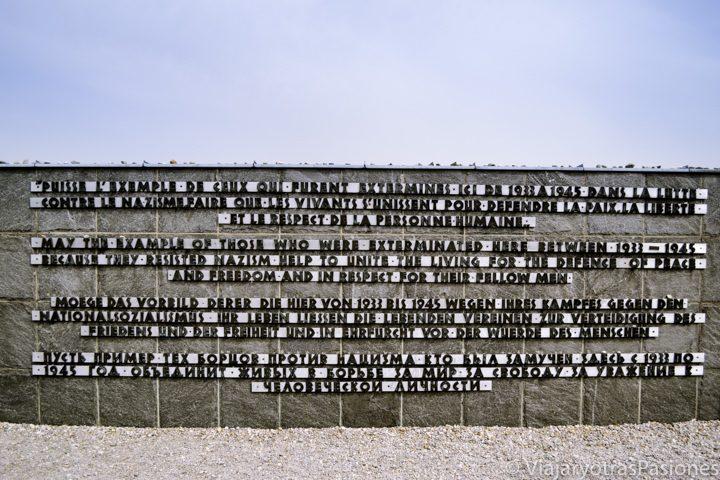 Muro que homenajea a quienes fallecieron en el campo de concentración de Dachau en Alemania