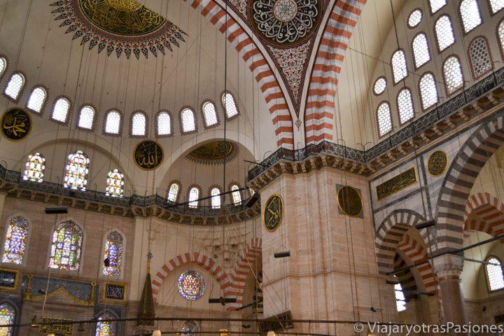 Espectacular interior de la mezquita Suleymaniye en el viaje a Estambul en Turquía