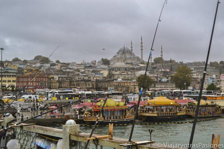 Vista desde el Puente de Galata hasta Sultanahmet en el viaje a Estambul en Turquía