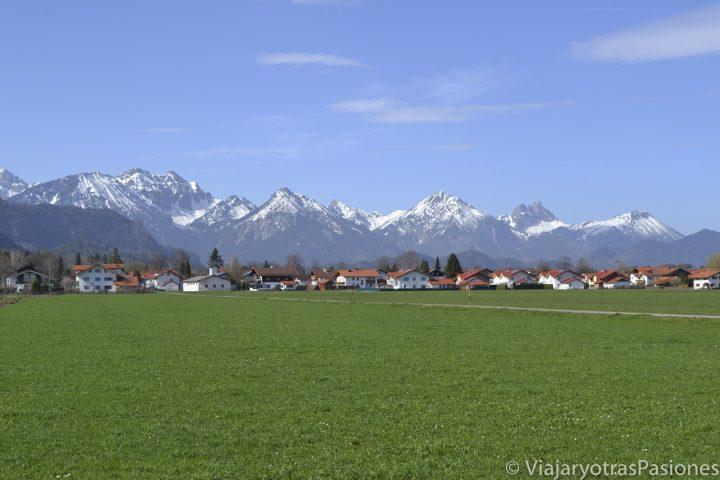 Bonito paisaje de los Alpes bavaros cerca de Fussen y del castillo de Neuschwanstein en Alemania