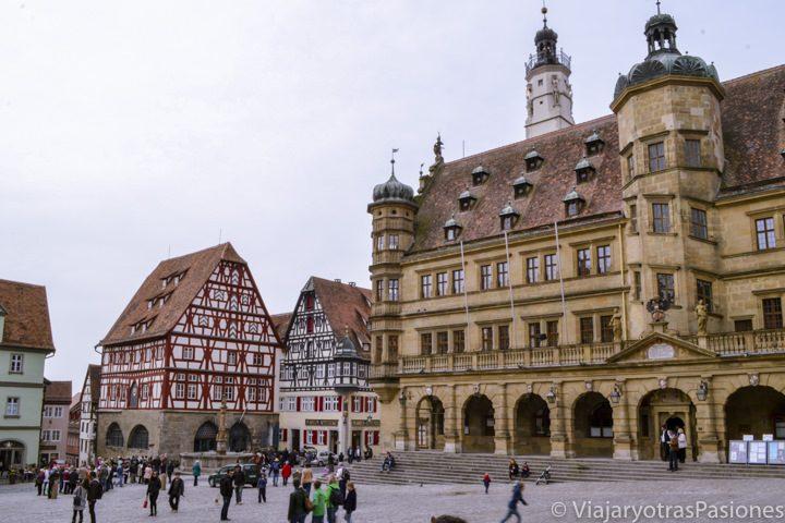 Hermosa Markplatz de Rothenburg ob der Tauber en Alemania con palacios típicos