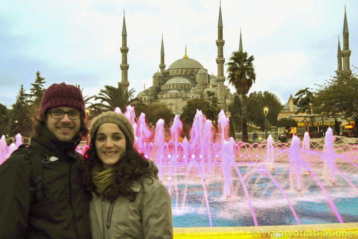 Posando en la fuente delante de la mezquita Azul en Sultanhamet en el viaje a  Estambul en Turquía