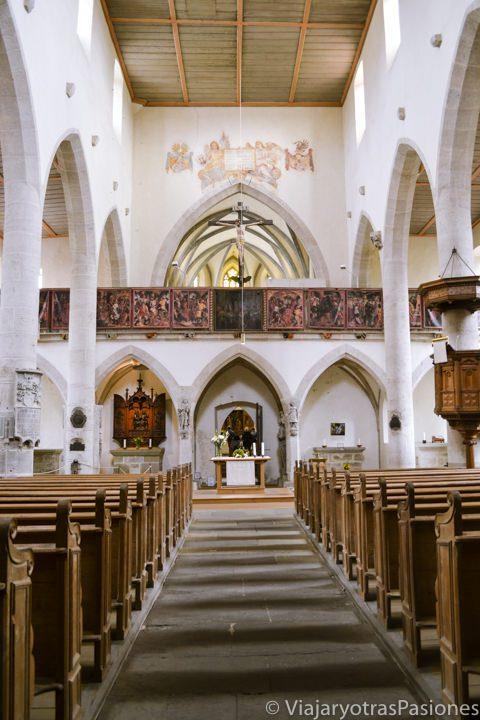 Hermosa y característica iglesia Franziskanerkirche en visitar Rothenburg ob der Tauber en Alemania