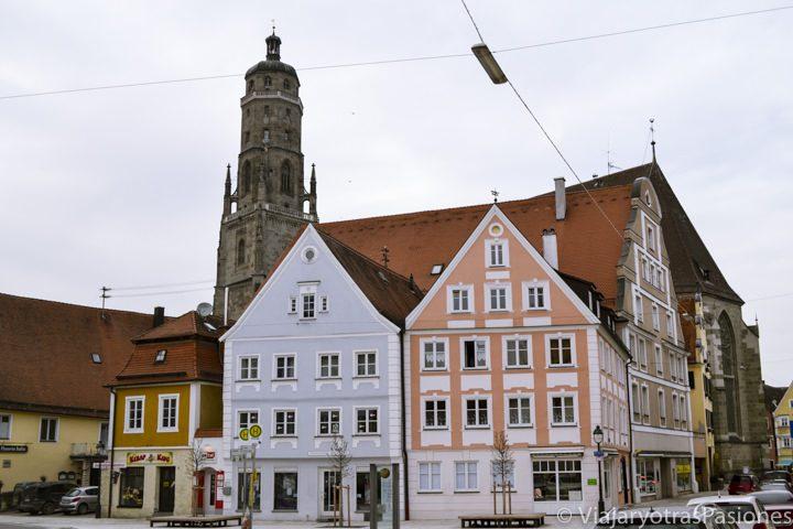 Típico paisaje en el centro de Nordlingen en Alemania con casas de colores