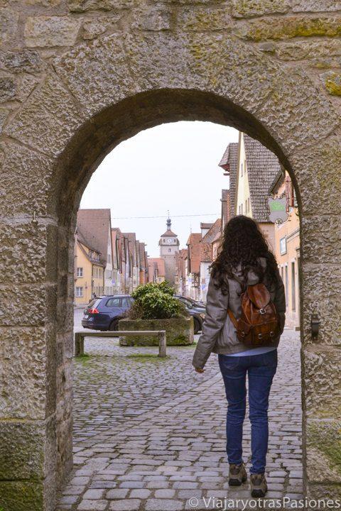 Puerta de entrada en el pueblo medieval de Rothenburg ob der Tauber en Alemania