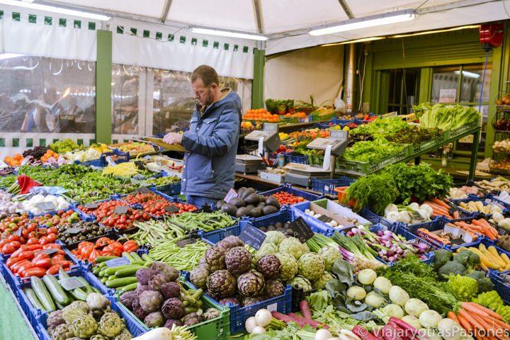 Puesto de verduras en el Viktualienmarkt, mercado cerca de la plaza en Múnich en Alemania