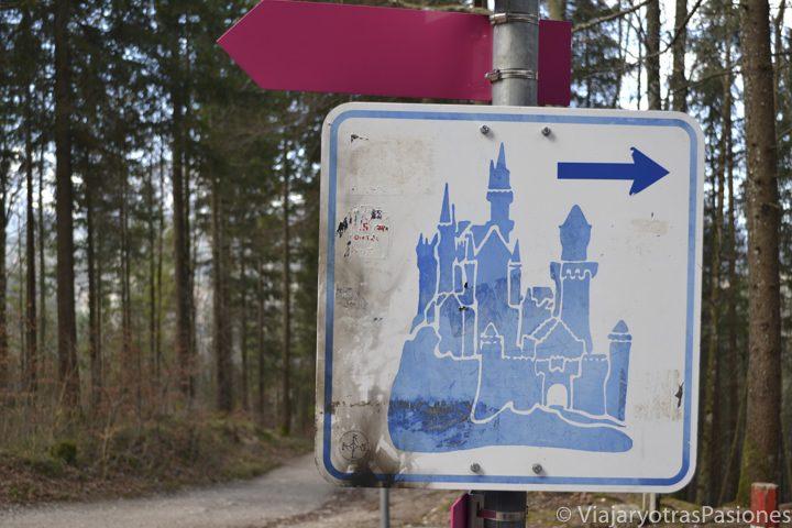 Bonito señal para visitar el castillo de Neuschwanstein en Alemania