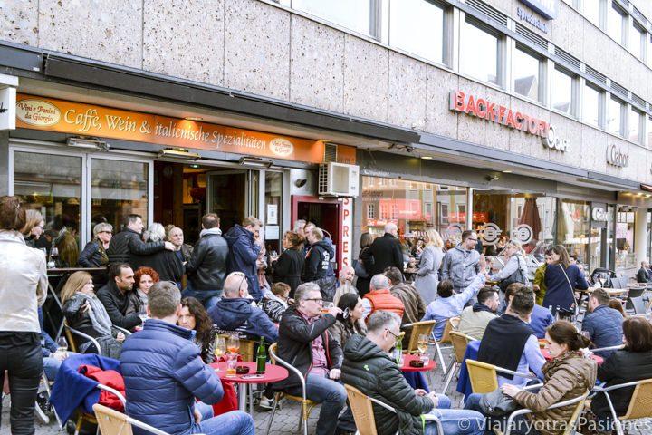 Mucha gente en un restaurante en la calle principal de Nuremberg en Alemania