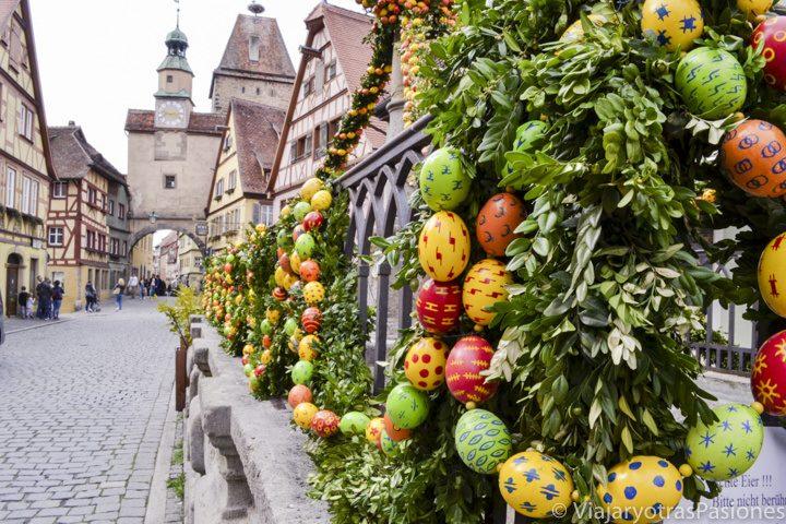 En visitar Rothenburg se pueden ver huevos de Pascua y decoraciones en el pueblo medieval en Alemania