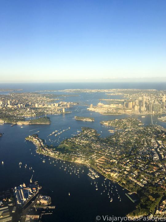 Espectacular panorama de la famosa bahía de Sydney desde el avión, Australia