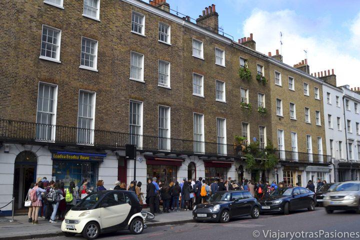Larga cola para entrar en el famoso museo Sherlock Holmes en Baker Street, Londres, Inglaterra