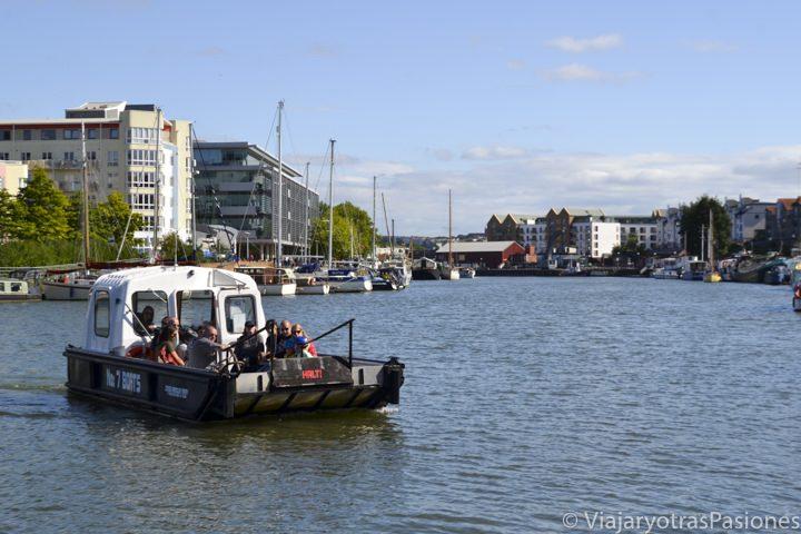 Ferry cruzando el río Avon, en Bristol, Inglaterra