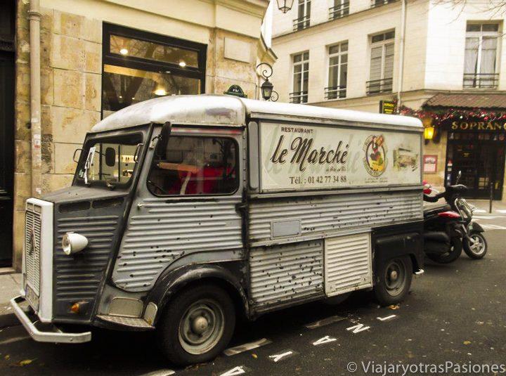 Camioneta en el barrio de La Marais en Paris, Francia