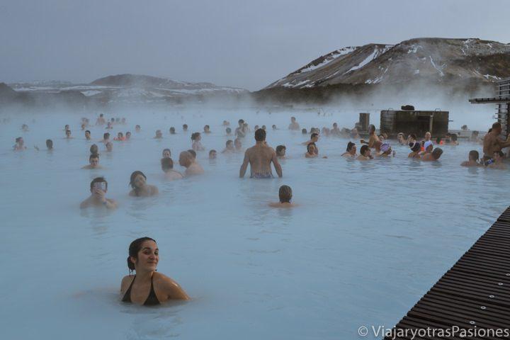 Dándome un baño en el Blue Lagoon o Laguna Azul, Islandia