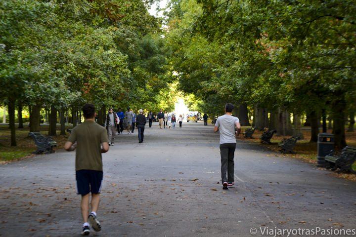 Panorámica de la Broad Walk en el famoso parque de Regent's Park en Londres, Inglaterra