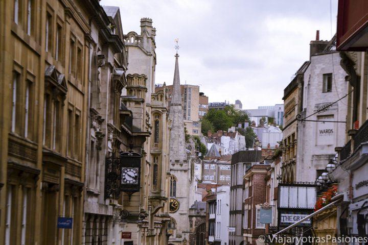 Corn street, en el centro de Bristol en Inglaterra