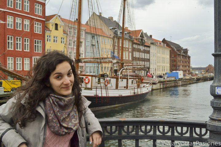 Sonriendo de frente al precioso canal Nyhavn en el viaje a Copenhague en Dinamarca