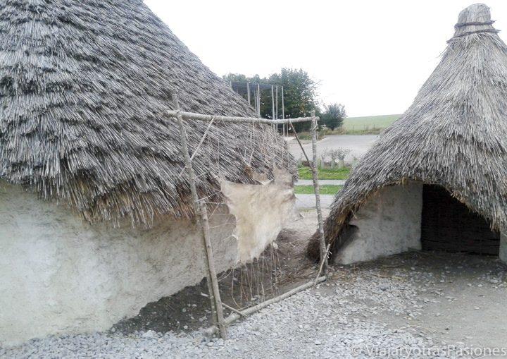Réplicas de casas neolíticas en el recinto de Stonehenge, en iInglaterra