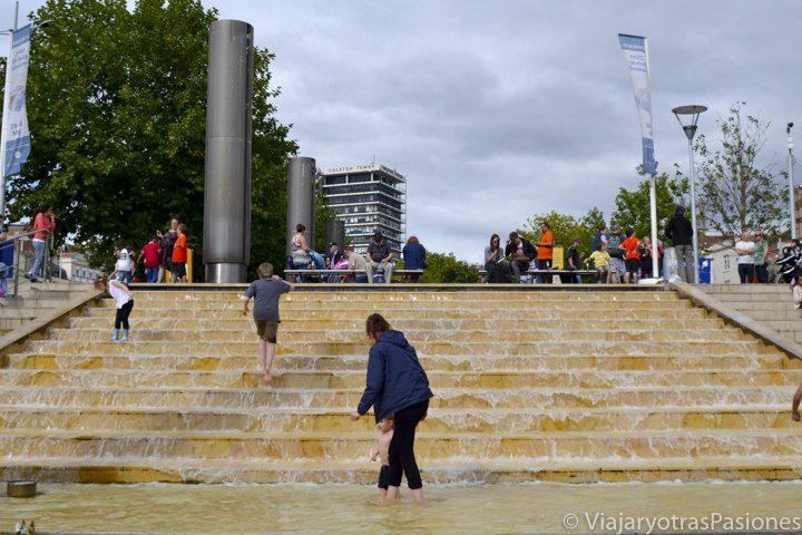 Niños bañándose en la fuente en el Bristol City Centre Landing