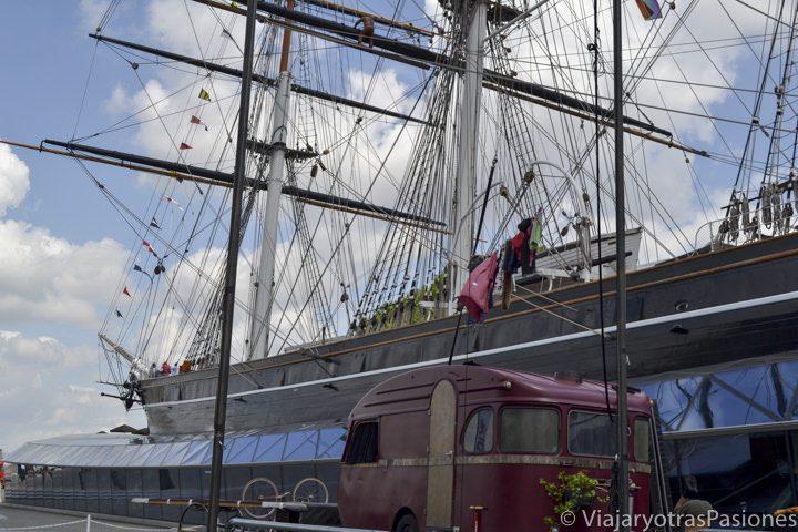 Vista del famoso barco-museo Cutty Sark en el famoso barrio de Greenwich en Londres, Inglaterra