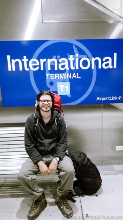 Sentado feliz en la estación para ir del aeropuerto de Sydney al centro, en Australia