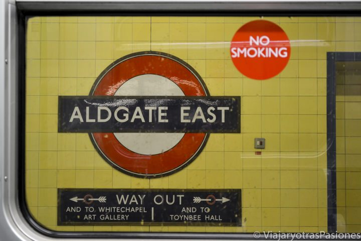 Icónico logo del metro de Londres en la estación de Aldgate East