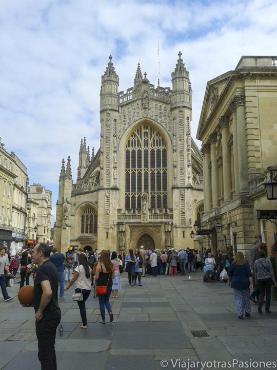Fachada frontal de la Abadía de Bath, Inglaterra