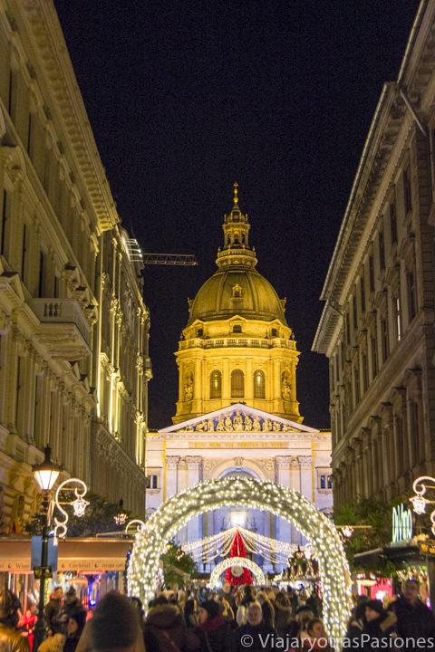 Mercado navideño con la Basílica de San Esteban al fondo, Budapest, Hungría.